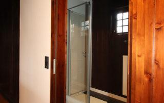 Blick in eine der Duschen